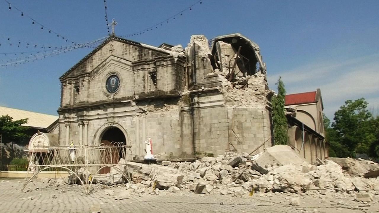 Филиппинские спасатели ищут выживших после землетрясения