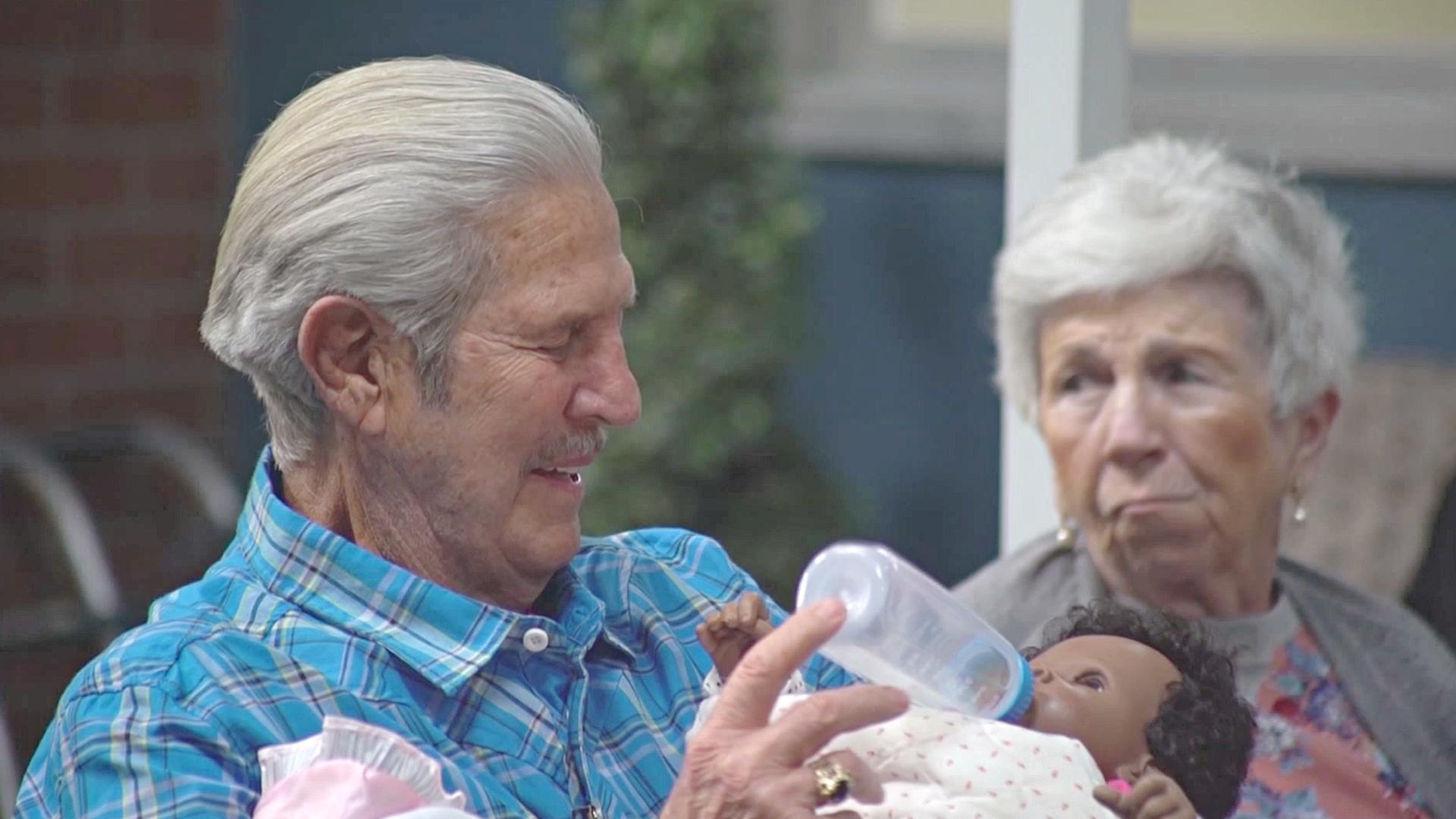 Парк в виде ретрогорода помогает людям с болезнью Альцгеймера