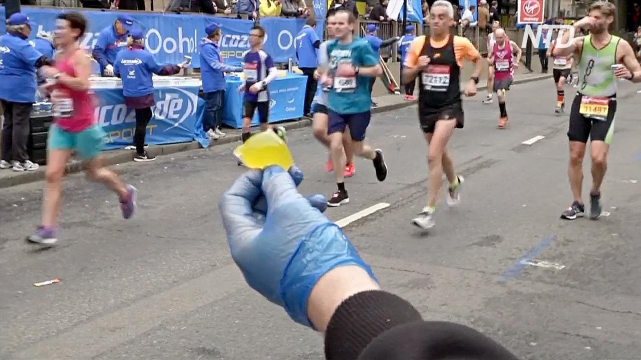 Во время Лондонского марафона раздавали съедобные водяные бомбочки