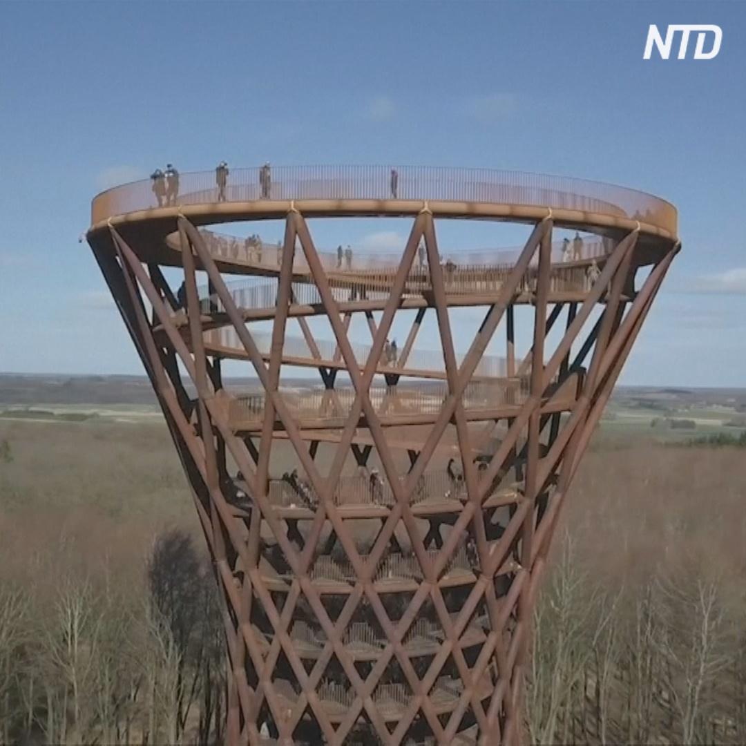Гигантская башня в форме песочных часов выросла посреди датского леса