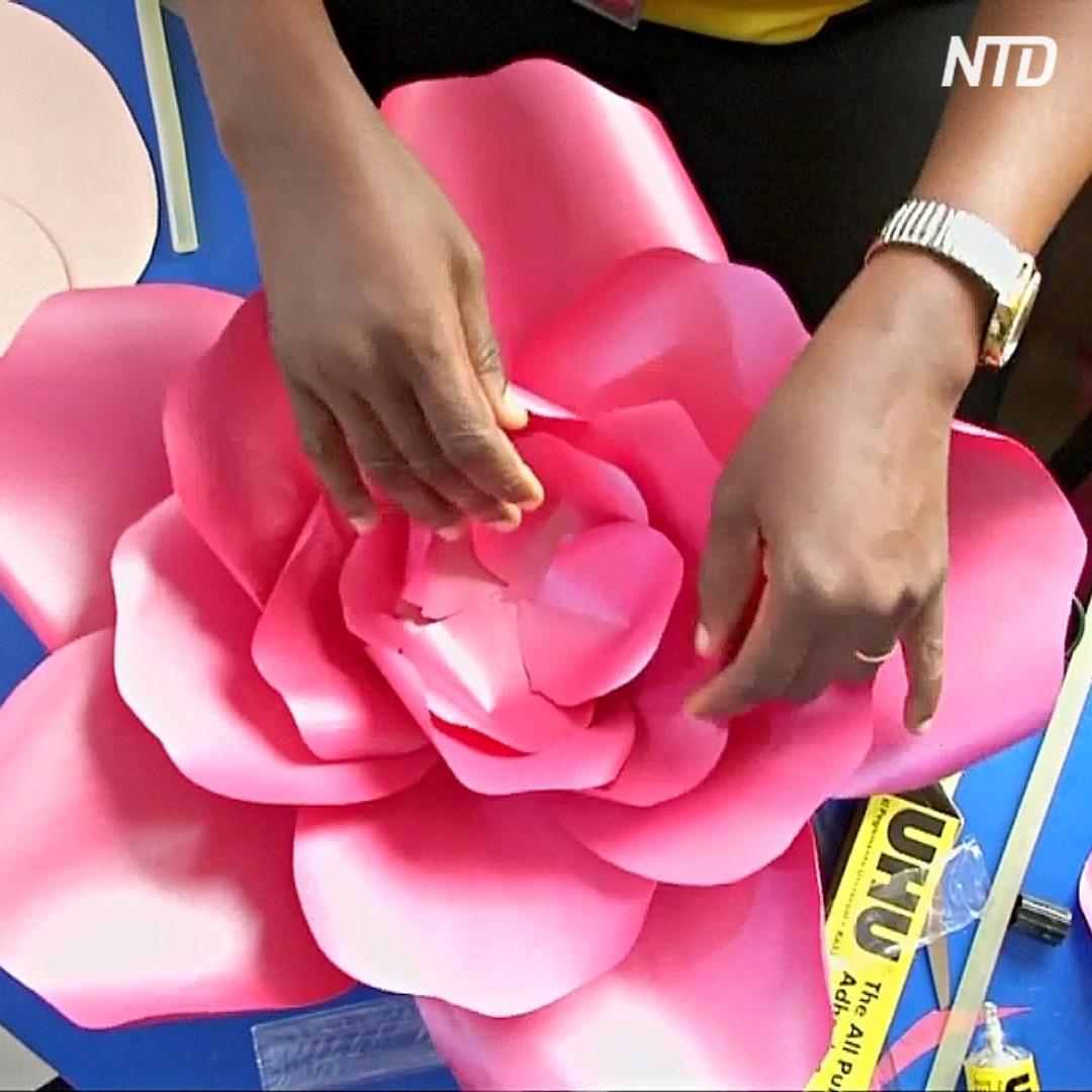 Цветы из бумажных отходов стали прибыльным бизнесом для нигерийки