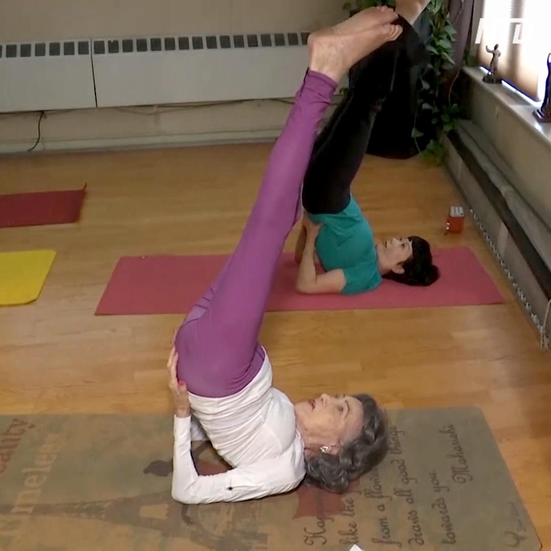 100-летний инструктор йоги делится секретом долголетия