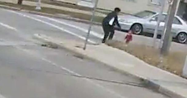 Водитель автобуса спасла босого малыша, блуждающего на морозе