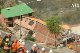 На окраине Ла-Паса из-за оползня рушатся дома
