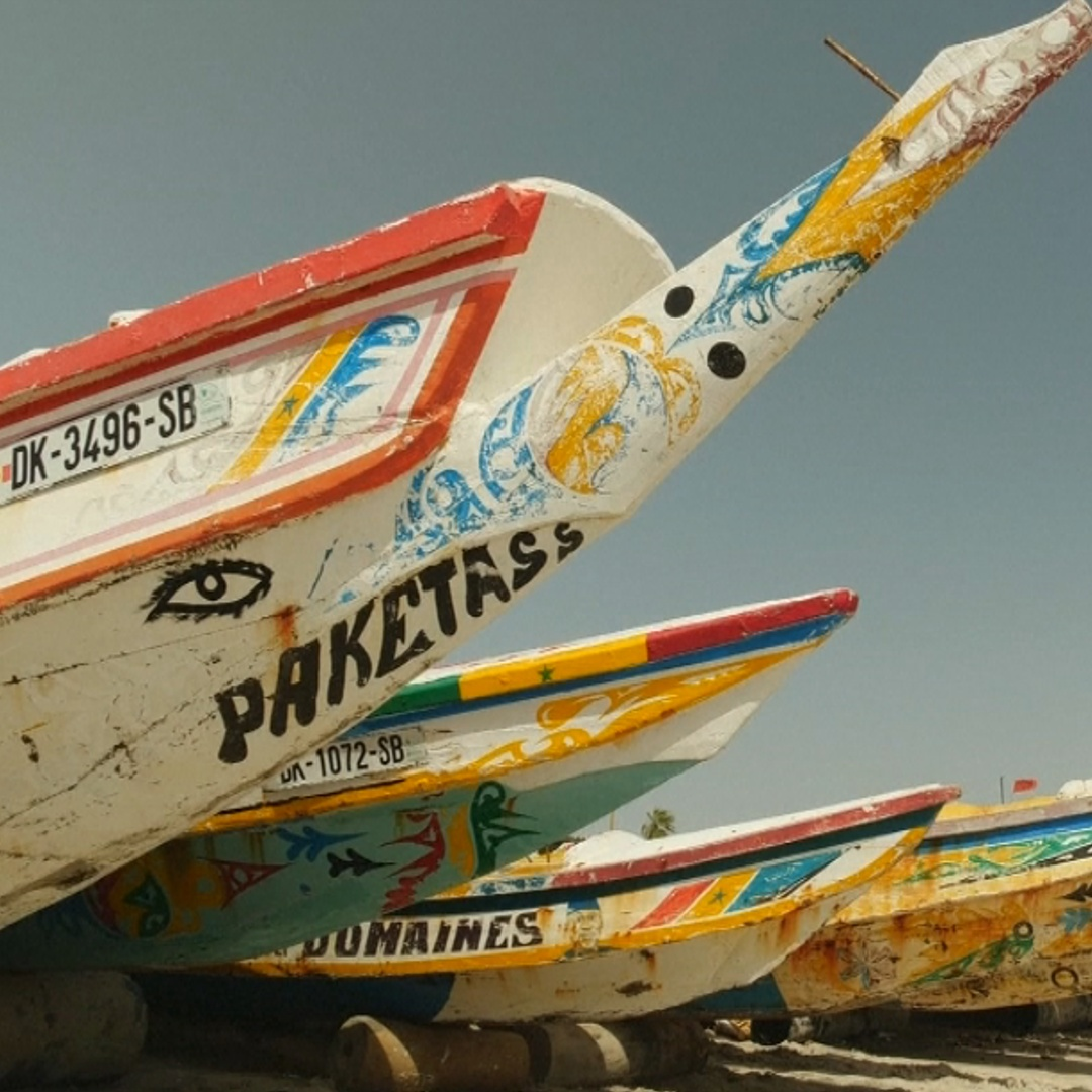 Расписные лодки приносят хороший улов сенегальским рыбакам