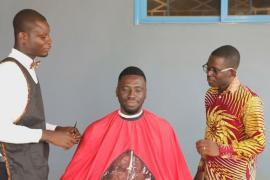 Модная стрижка на дому: в Гане работает выездная парикмахерская