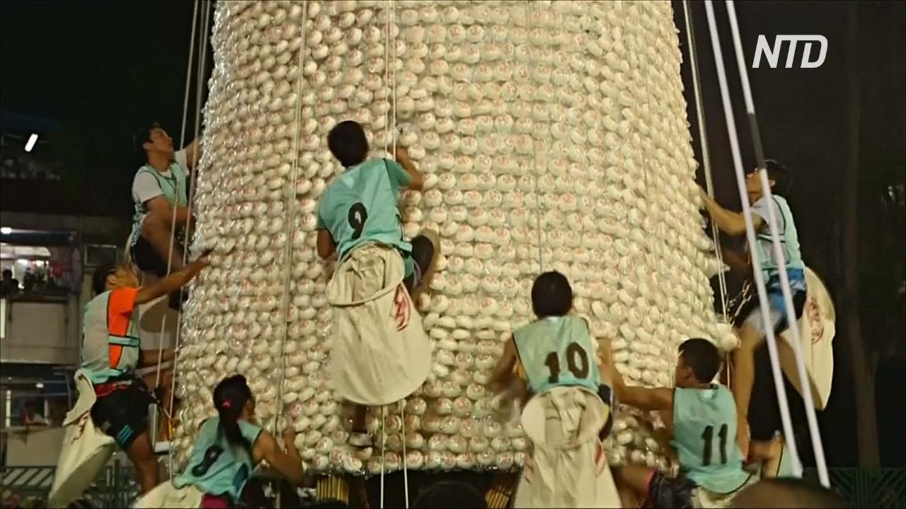 Гонконгцы в погоне за счастьем покорили 18-метровую башню с булочками