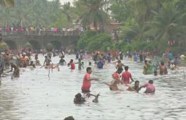 Индийцы массово порыбачили во время фестиваля