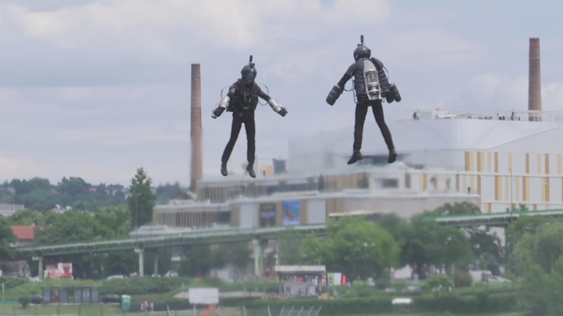 Британский изобретатель полетал в реактивном костюме в Белграде