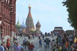 Как москвичи и туристы спасаются от аномальной жары