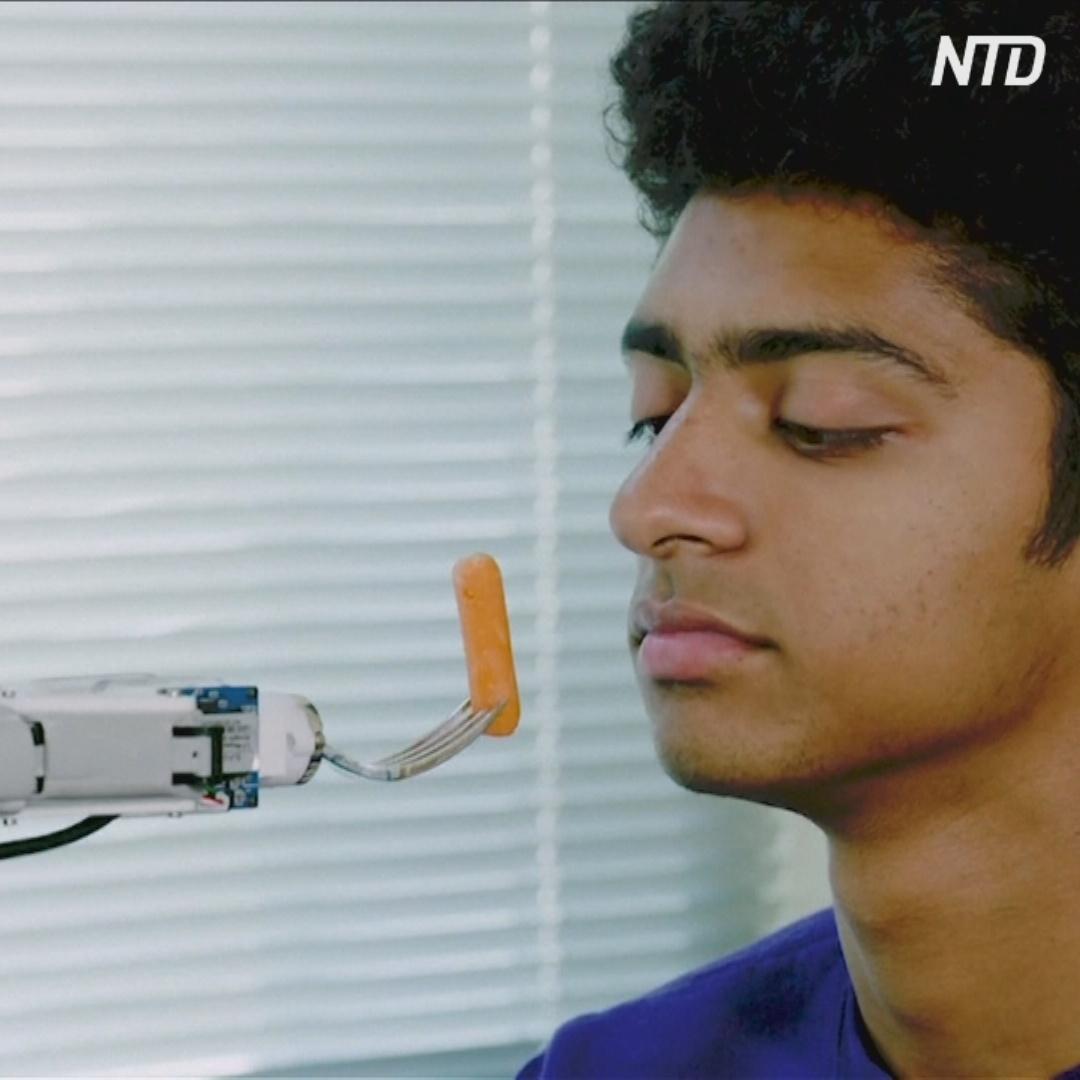 В США разрабатывают робота-руку, который умеет кормить людей
