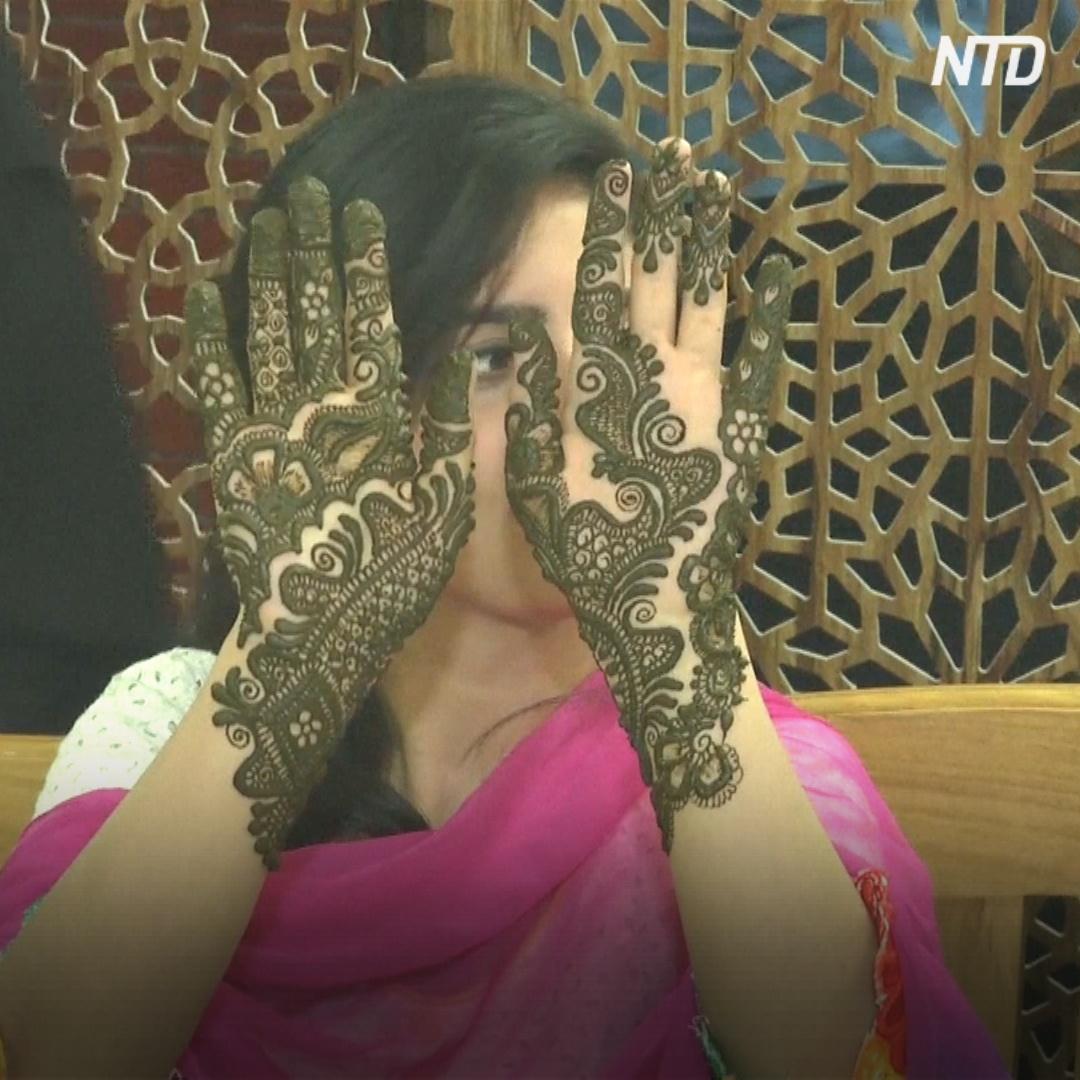 В Индии посоревновались в росписи тела хной