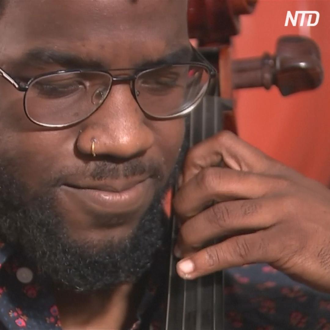 Виолончелист из трущоб: для музыканта собрали $160 тыс.