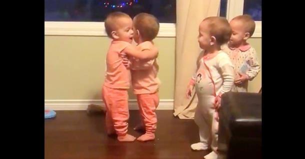 Малышки-четверняшки устроили обнимашки