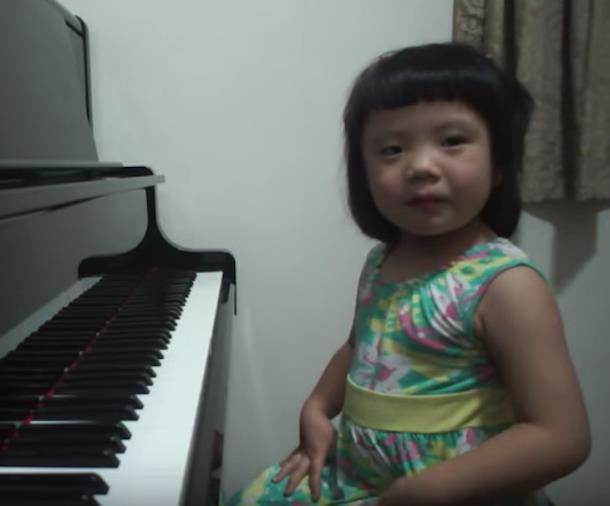 Novyj risunok 1 8 - Девочка в три года играет Баха на фортепиано и набрала более 5 млн просмотров