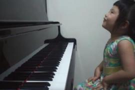 Девочка в три года играет Баха на фортепиано и набрала более 5 млн просмотров