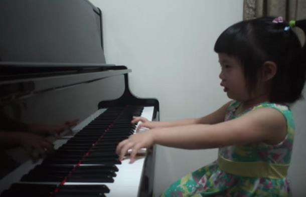 Novyj risunok 2 6 - Девочка в три года играет Баха на фортепиано и набрала более 5 млн просмотров