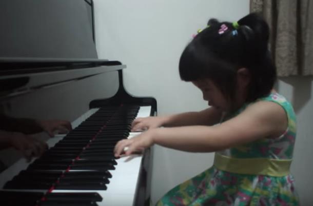 Novyj risunok 3 5 - Девочка в три года играет Баха на фортепиано и набрала более 5 млн просмотров