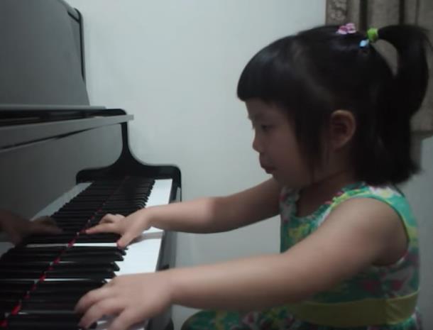 Novyj risunok 4 7 - Девочка в три года играет Баха на фортепиано и набрала более 5 млн просмотров
