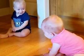 Близнецы-младенцы так хохотали, что один упал