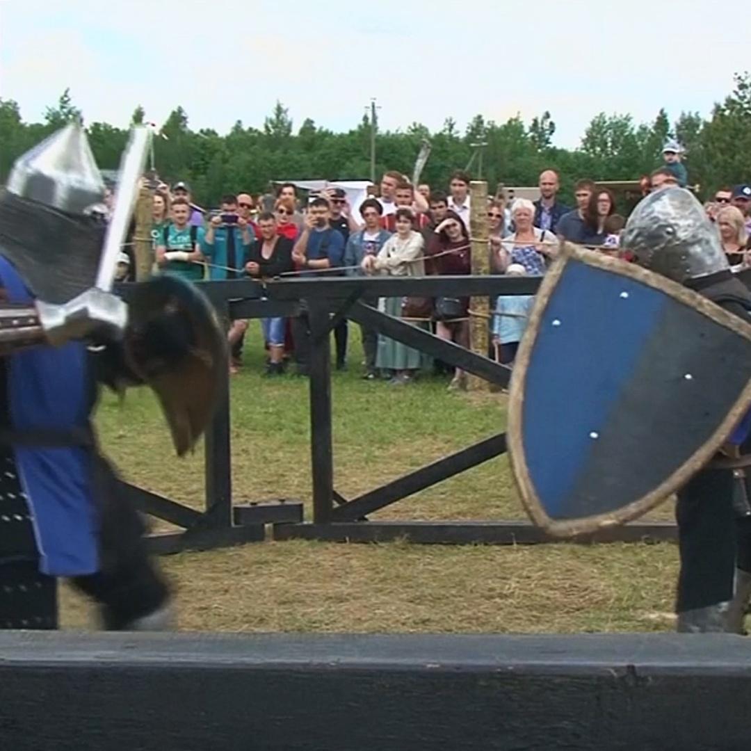 Средневековые воины померялись силами на фестивале в Беларуси