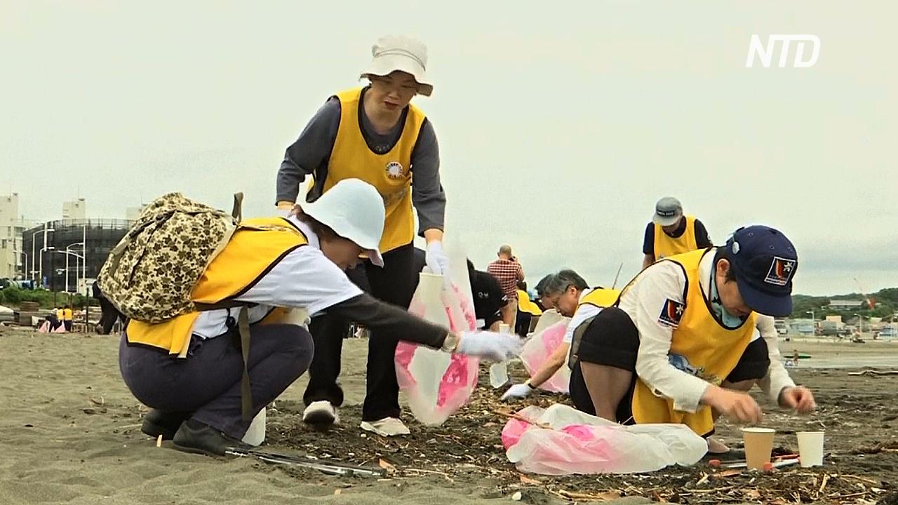 Десятки японцев убрали пляж в преддверии Олимпиады-2020