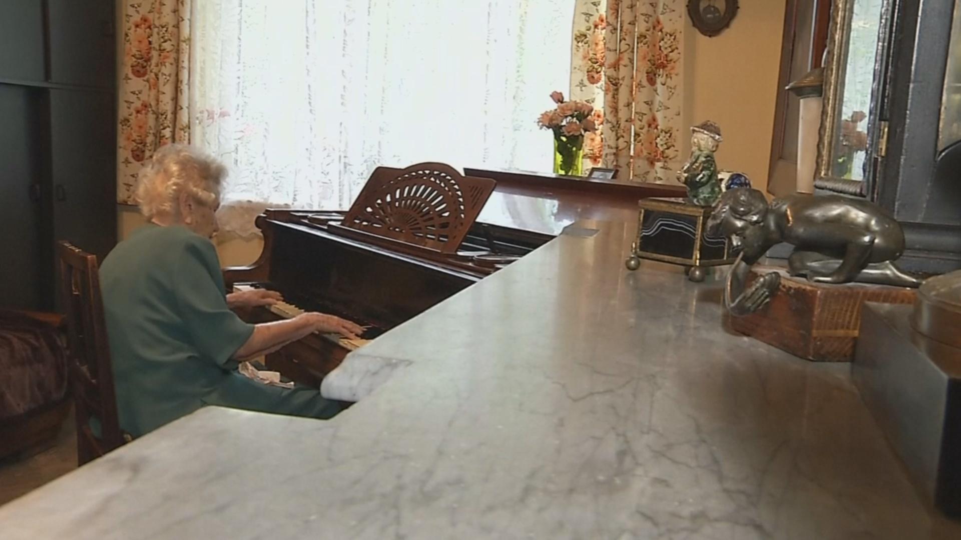 Ни дня без музыки: полька в 108 лет продолжает играть на пианино