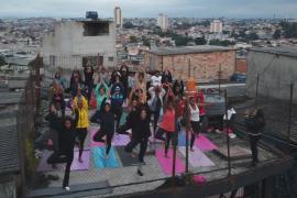 В трущобах Сан-Паулу бесплатно преподают йогу