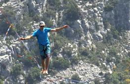 Слэклайнеры прошлись по стропе, натянутой между гор в Альпах