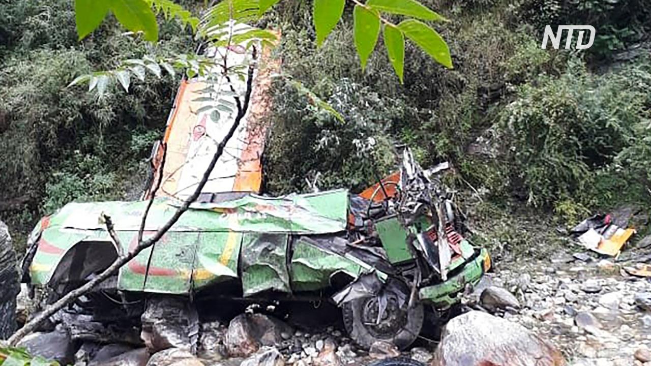Автобус сорвался в ущелье в Индии, 43 погибших