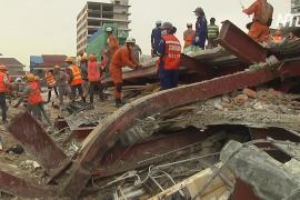 Число жертв обрушения здания в Камбодже продолжает расти