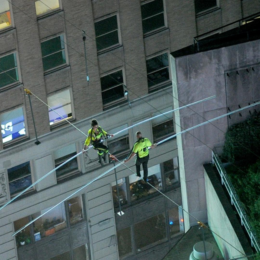 Канатоходцы гуляли над Таймс-сквер на уровне 25 этажа