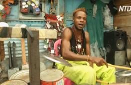 Конголезец основал группу, которая играет на инструментах из мусора