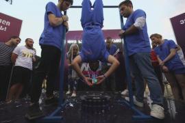 Рекорд Гиннесса: грузин собрал кубик Рубика вниз головой за 13 секунд