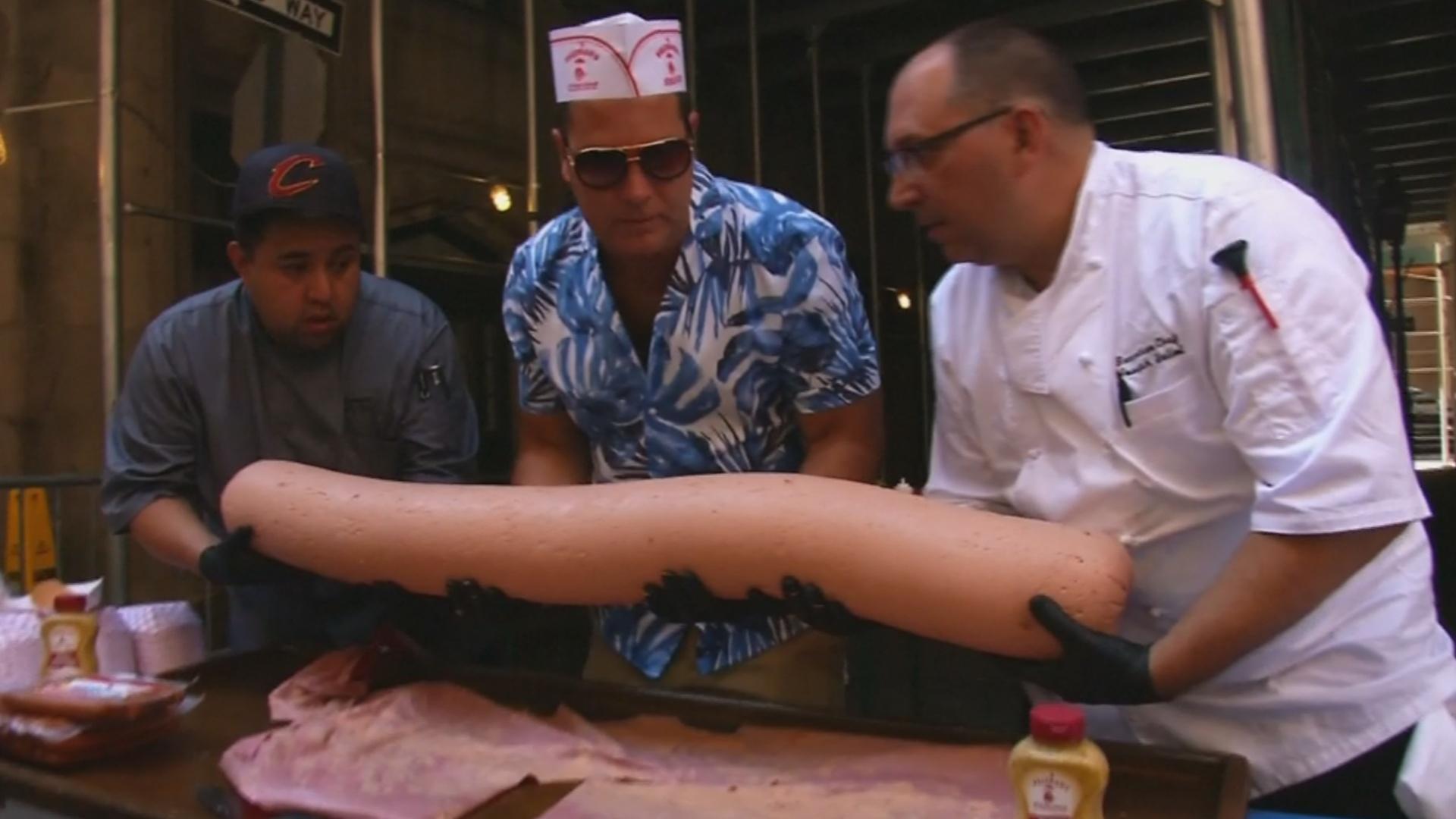 В Нью-Йорке для рекорда Гиннесса сделали хот-дог весом 30 кг