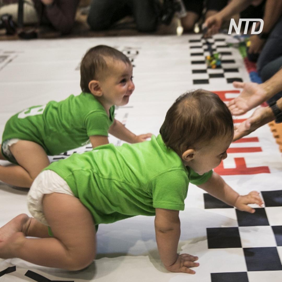 Гонки малышей в подгузниках в Нью-Йорке
