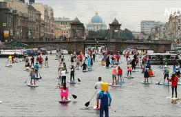 Карнавальный заплыв на сапсёрфе прошёл по каналам Санкт-Петербурга