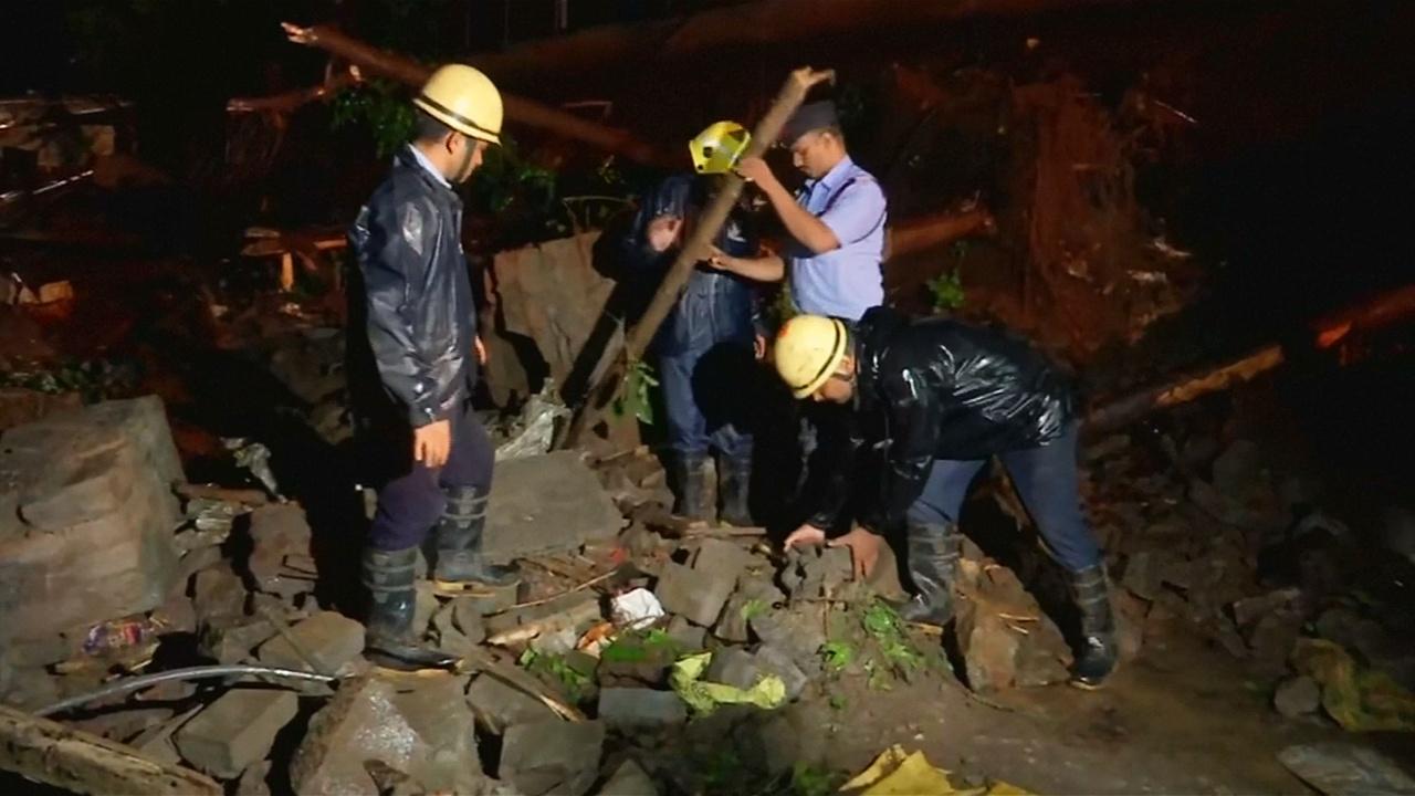 В Мумбаи из-за дождей обрушилась стена, 18 погибших