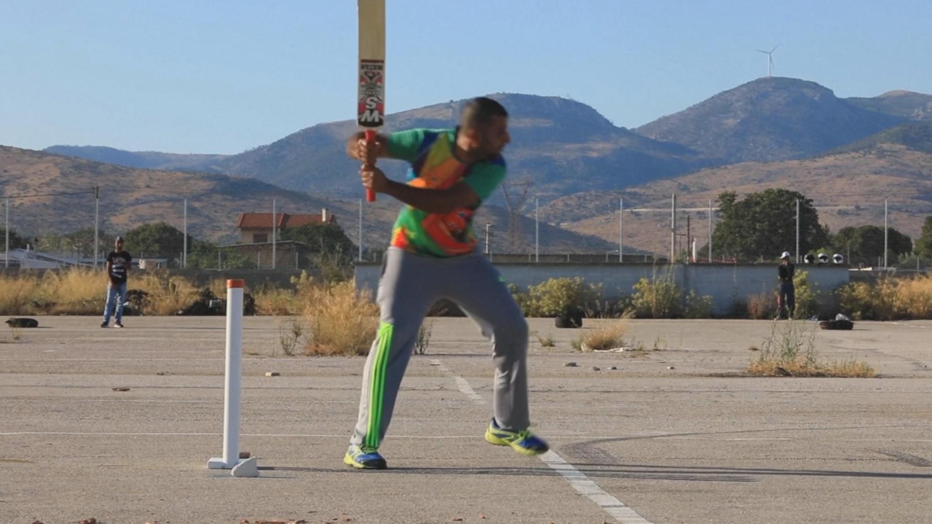 Как пакистанские мигранты играют в крикет в Афинах