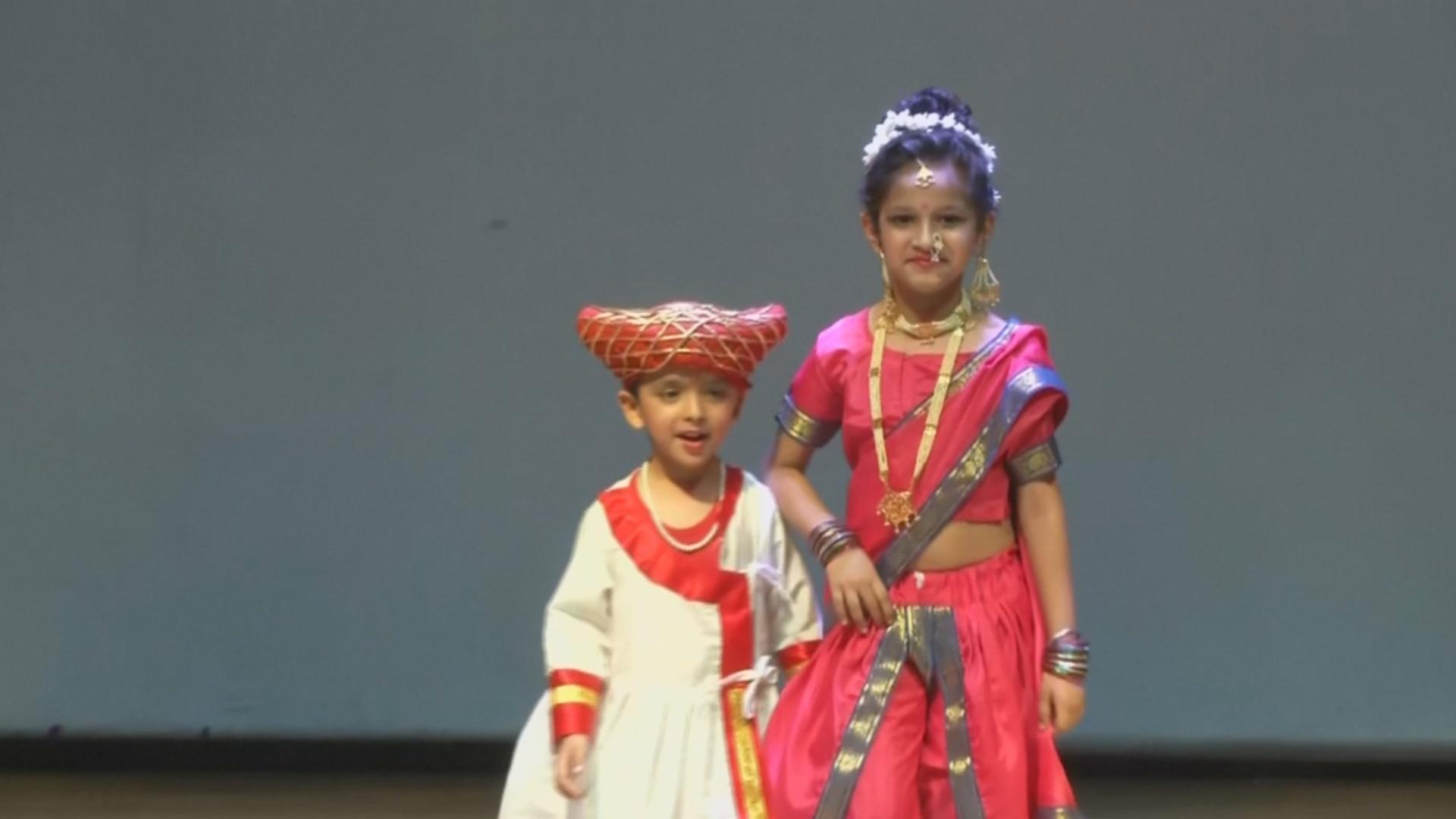Детский показ мод: юные индийцы вышли на подиум в традиционных нарядах