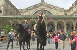 Два «кентавра» разыграли спектакль на вокзале в Париже