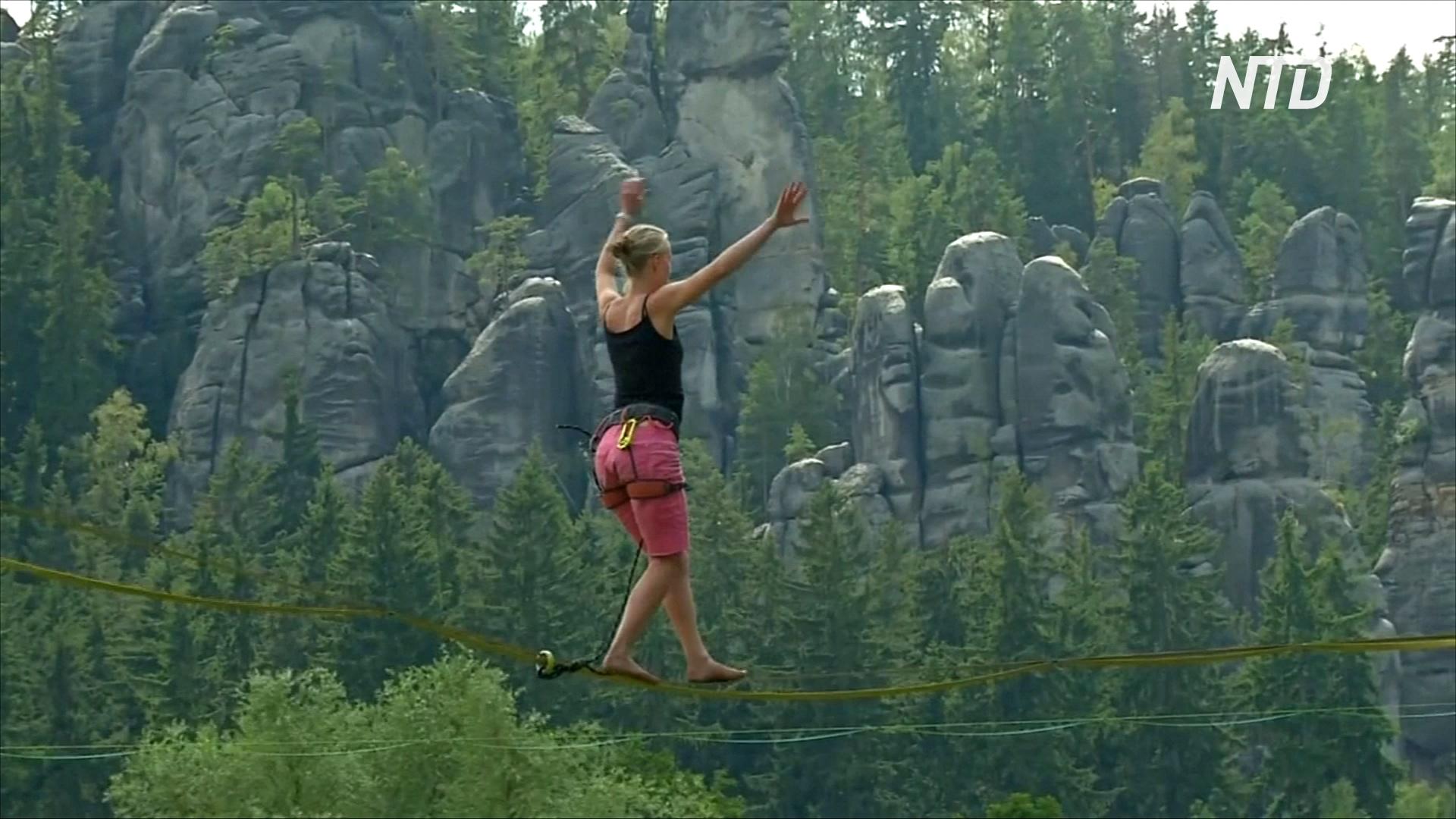 Любители слэклайна походили по стропам над чешским лесом