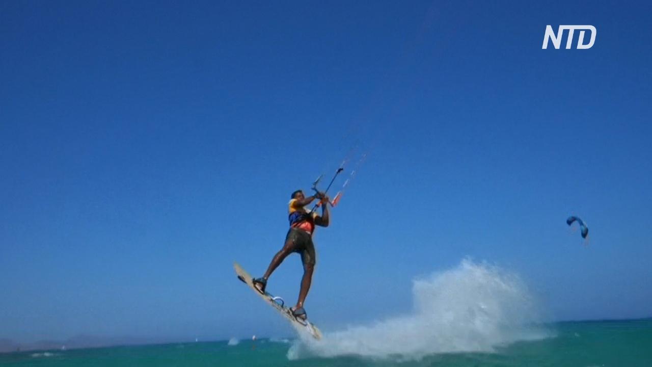 Кайтсёрферы ловят волну на испанском курорте