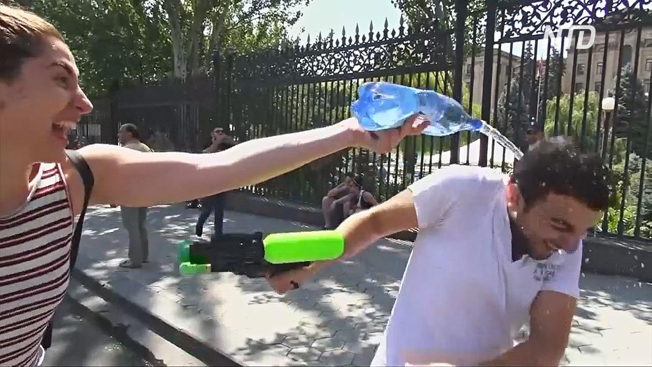 Армяне отмечают Вардавар, обливая друг друга водой