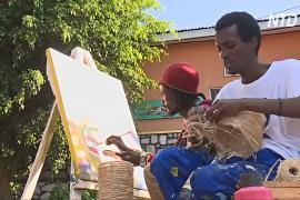 Руандиец приютил в своей галерее художника из Бурунди, ставшего беженцем