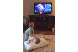 Малыши-близнецы разыгрывают сцены из фильма