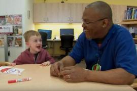 Дружба со взрослым помогает мальчику в больнице
