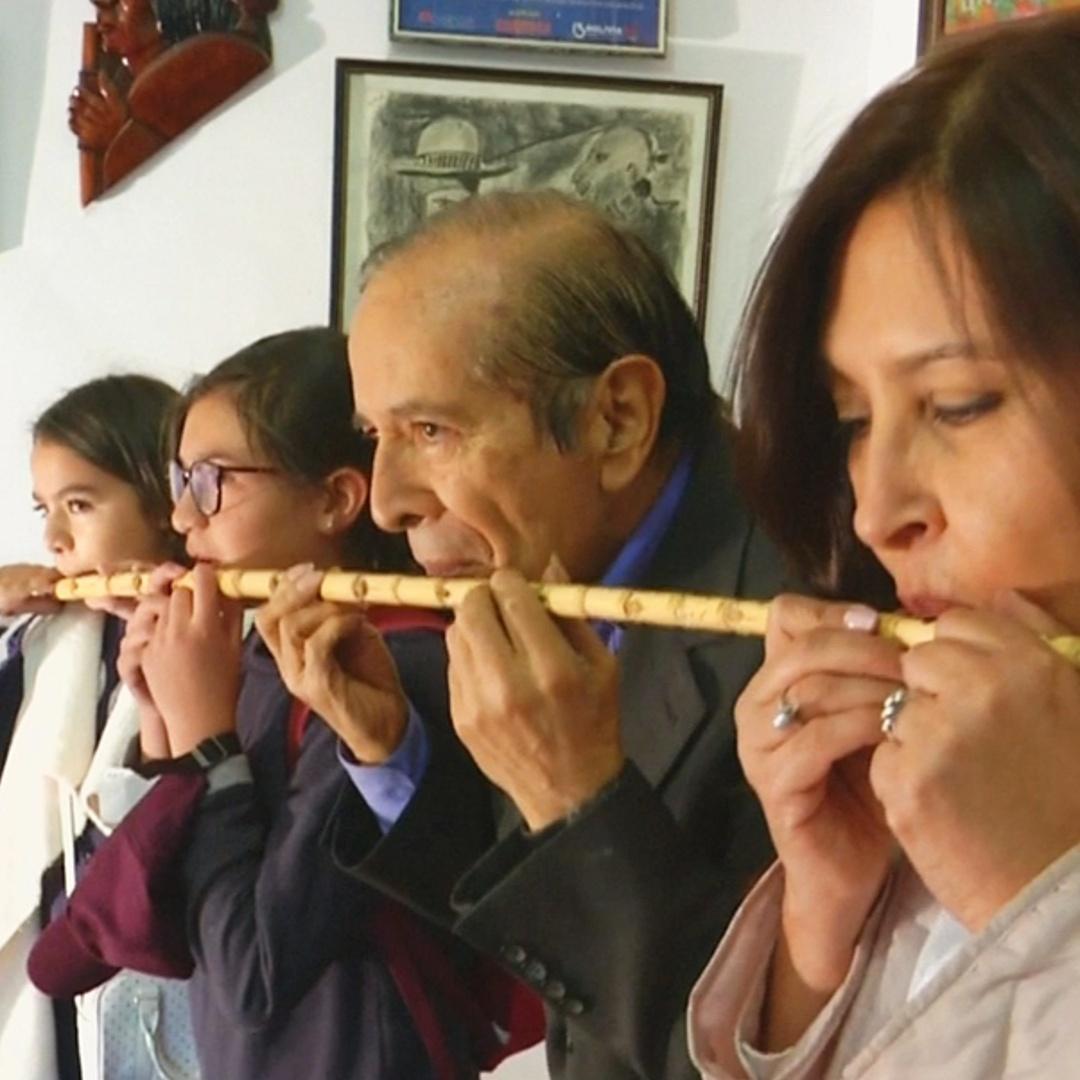 Боливийский музыкант показал свои инструменты-гибриды