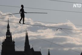Французская канатоходка прошла над Влтавой без страховки