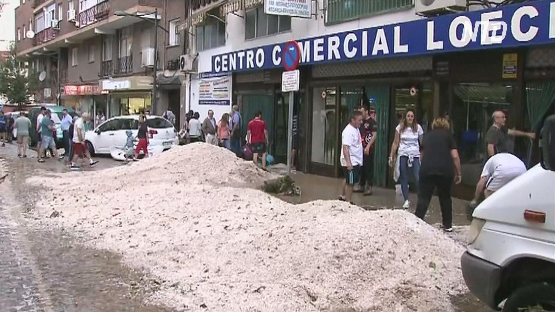 Горы града на улицах: в Испании устраняют последствия аномально сильной грозы